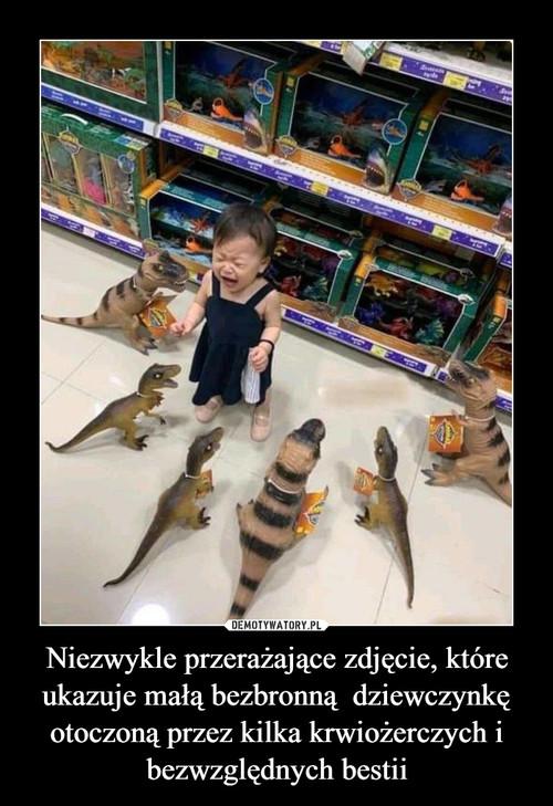 Niezwykle przerażające zdjęcie, które ukazuje małą bezbronną  dziewczynkę otoczoną przez kilka krwiożerczych i bezwzględnych bestii